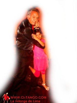 Julio y Camila bailando tango